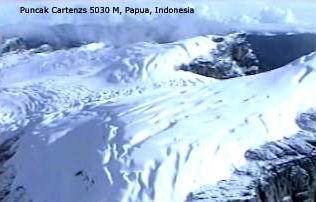 Puncak Es di Pegunungan Jaya Wijaya